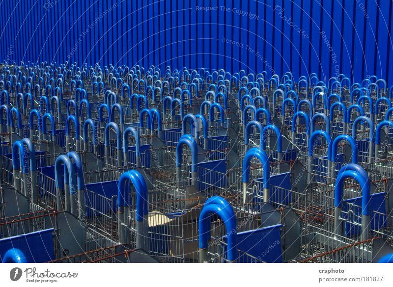 Blaumänner vor! blau Haus Ferne Wand Gebäude Mauer Metall Zusammensein warten Ladengeschäft Industrie Bauwerk Langeweile Markt Symmetrie