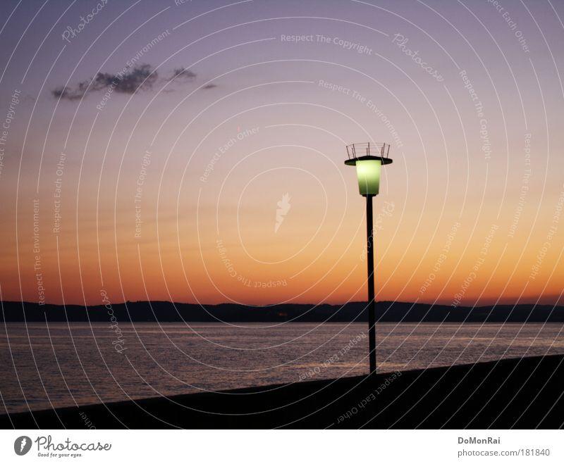 Angst im Dunkeln Landschaft Urelemente Wasser Himmel Wolken Horizont Schönes Wetter Seeufer Meersburg Europa Bodensee leuchten stehen blau rot schwarz Coolness