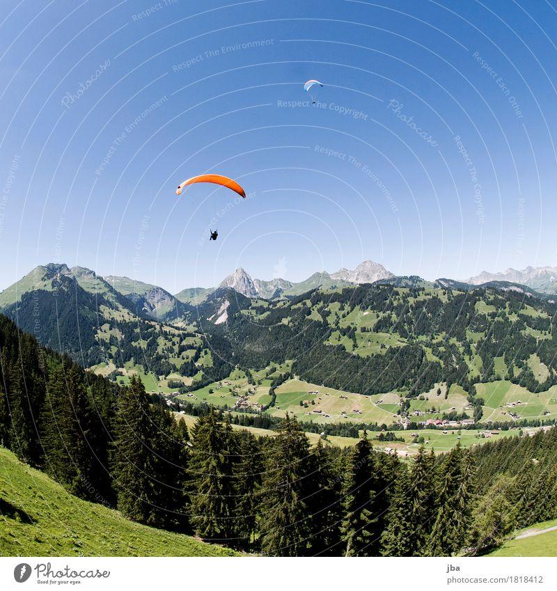 Gleitschirme in Gstaad Himmel Natur Sommer Landschaft Erholung ruhig Wald Berge u. Gebirge Lifestyle Sport Freiheit fliegen Freizeit & Hobby Zufriedenheit Luft