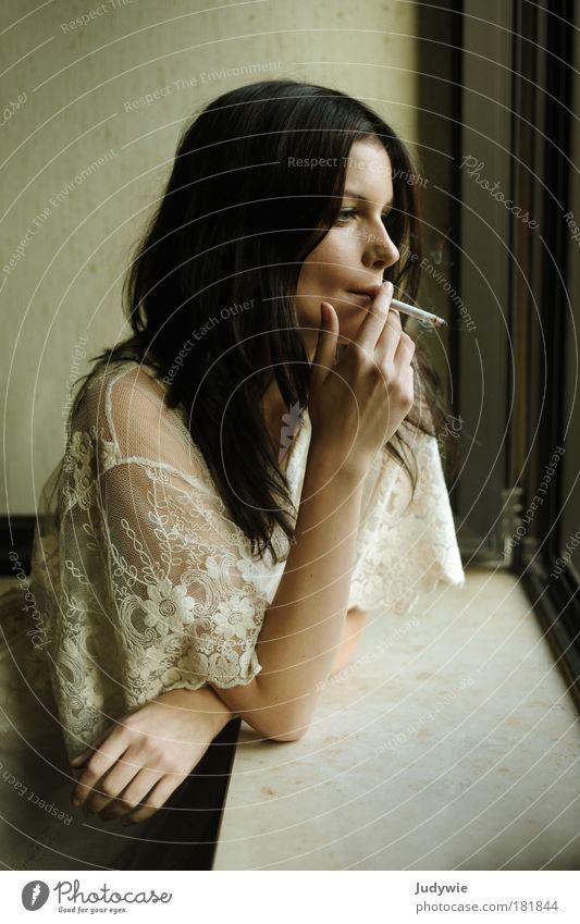 fumer Jugendliche schön Einsamkeit ruhig Erwachsene Fenster feminin kalt Traurigkeit Stil Denken Mode Wohnung elegant trist Junge Frau