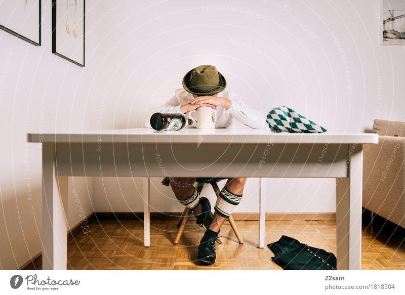 1 geht noch! Lifestyle Wohnung Oktoberfest maskulin Junger Mann Jugendliche 18-30 Jahre Erwachsene Tracht Lederhose Hemd trachtenweste Hut festhalten hocken