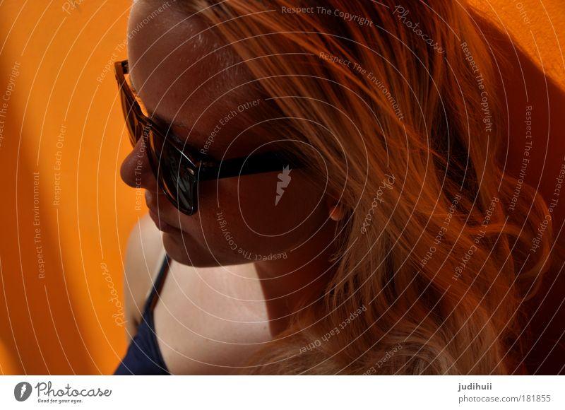 Naranja Mensch Jugendliche Gesicht gelb feminin Wand Haare & Frisuren Kopf Mauer Denken orange warten blond Erwachsene verrückt Coolness