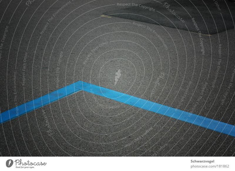 Knick in der Optik blau ruhig Straße grau Linie Zufriedenheit elegant Ordnung modern ästhetisch Perspektive einfach Asphalt fest Verkehrswege Symmetrie