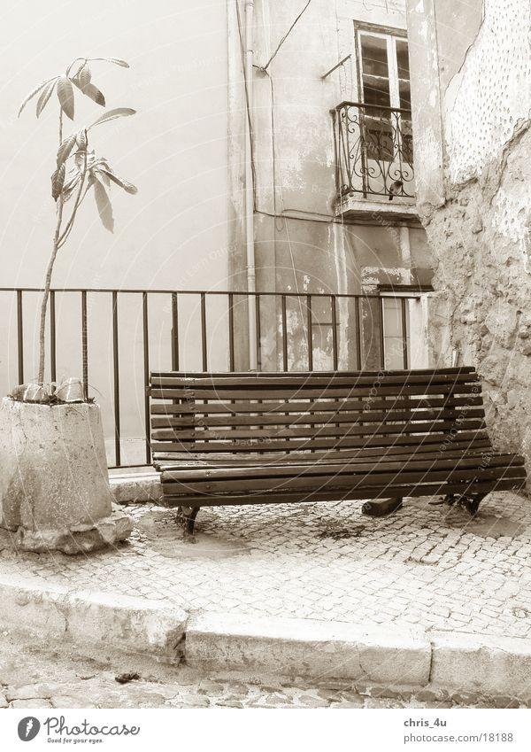Sit down and have a rest Portugal Lissabon Dinge Stadtteil Alfama typisches Straßenbild
