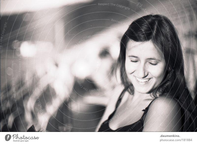 remember Mensch Jugendliche Freude Gesicht ruhig Leben feminin Stil lachen Kopf Denken Zufriedenheit Erwachsene Frau ästhetisch einzigartig