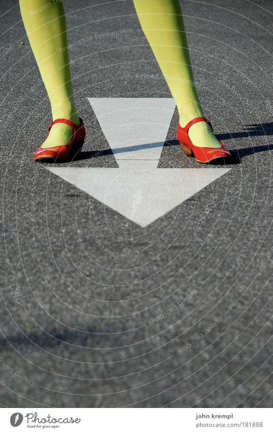 schwere see Mensch Jugendliche grün schön rot Erwachsene Straße feminin grau Beine Fuß Schuhe verrückt stehen 18-30 Jahre vorwärts