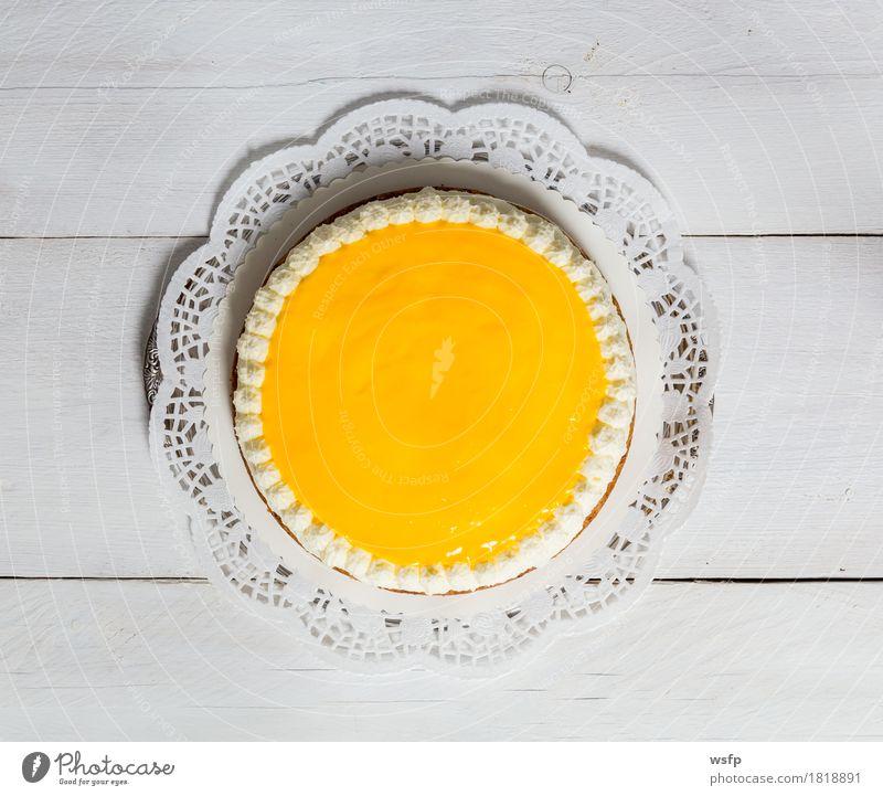 Eierlikör Torte auf weißem Holz Kuchen Dessert Ostern eierlikör eierlikörtorte eierlikör-torte Likör Sahnetorte Schaumgebäck Tortenspitze Backwaren backen
