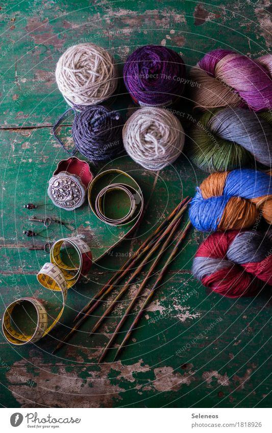 stricken Zufriedenheit Erholung ruhig Freizeit & Hobby Handarbeit Stricknadel Maßband Dose Wolle mehrfarbig Freude Kreativität Leidenschaft Farbfoto