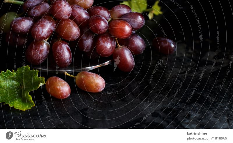 Rote Trauben auf einer silbernen Schüssel Lebensmittel Frucht Ernährung Schalen & Schüsseln Tisch dunkel frisch retro grün rot Ackerbau Beeren Weintrauben