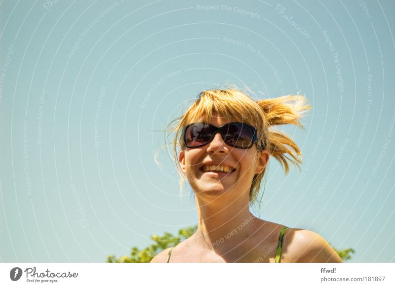 Sommerfreude Farbfoto Außenaufnahme Hintergrund neutral Tag Sonnenlicht Zentralperspektive Porträt Oberkörper Vorderansicht Blick Blick in die Kamera