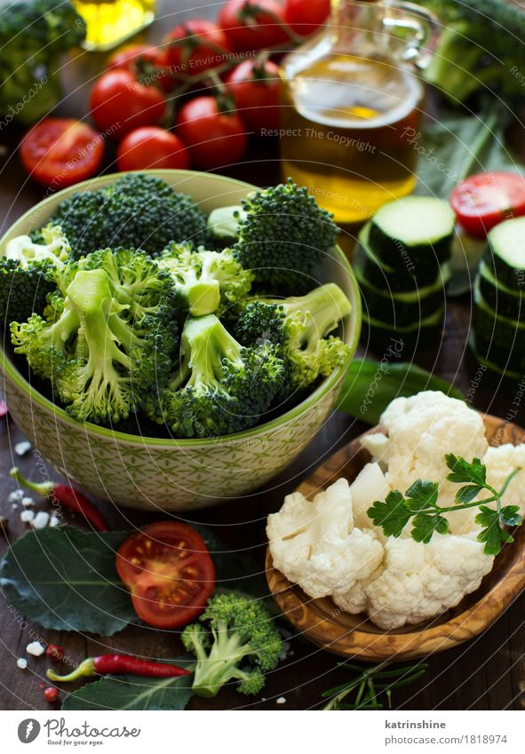 Frisches Gemüse, Kräuter und Olivenöl Sommer grün rot Blatt dunkel gelb Essen Herbst natürlich frisch Tisch Kräuter & Gewürze Jahreszeiten Bauernhof Ernte