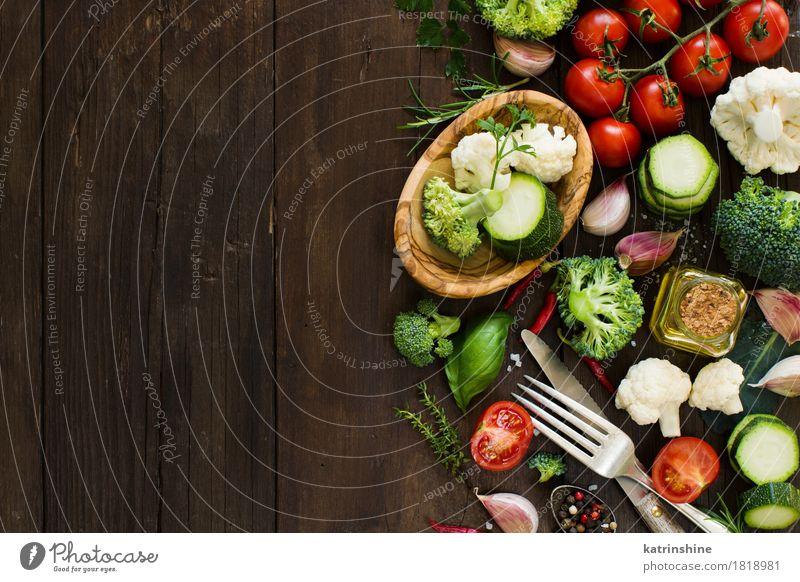Frischgemüse auf einem Holztisch grün Blatt dunkel gelb Essen Herbst natürlich frisch Tisch Kräuter & Gewürze Jahreszeiten Gemüse Bauernhof Ernte