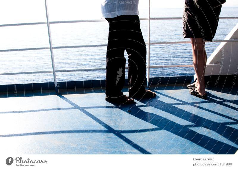 asymetrisch oder Körpersprache Mensch Frau Mann blau Ferien & Urlaub & Reisen Sommer Erwachsene sprechen Beine Fuß maskulin Beginn stehen Wasserfahrzeug beobachten Kommunizieren
