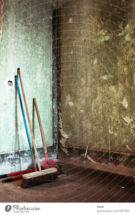 Alter Besen Haus Hausbau Umzug (Wohnungswechsel) Raum Arbeitsplatz Baustelle Feierabend Schaufel Mauer Wand Reinigen stehen alt dreckig trist trocken