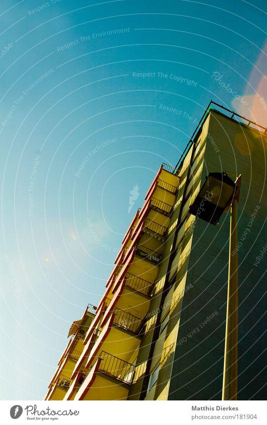 Barcelona Farbfoto Außenaufnahme Menschenleer Textfreiraum links Textfreiraum oben Licht Schatten Kontrast Reflexion & Spiegelung Lichterscheinung Sonnenlicht