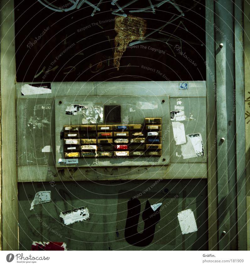 Klingelstreich alt Stadt Haus Graffiti dreckig St. Pauli Hamburg Schriftzeichen kaputt Ziffern & Zahlen Schilder & Markierungen Häusliches Leben einzigartig Verfall trashig Gesellschaft (Soziologie)