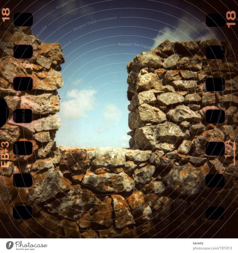 Permeabler Schutzwall Wolken Sommer Schönes Wetter Moos Flechten Portugal Ruine Mauer Wand Zinnen Burgmauer Stein alt ästhetisch eckig groß grau Hoffnung