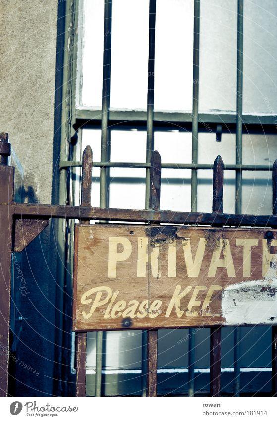privat! Haus Wand Fenster Mauer Gebäude Architektur Tür Schilder & Markierungen Fassade Sicherheit Fabrik Schriftzeichen Schutz Spitze Grenze