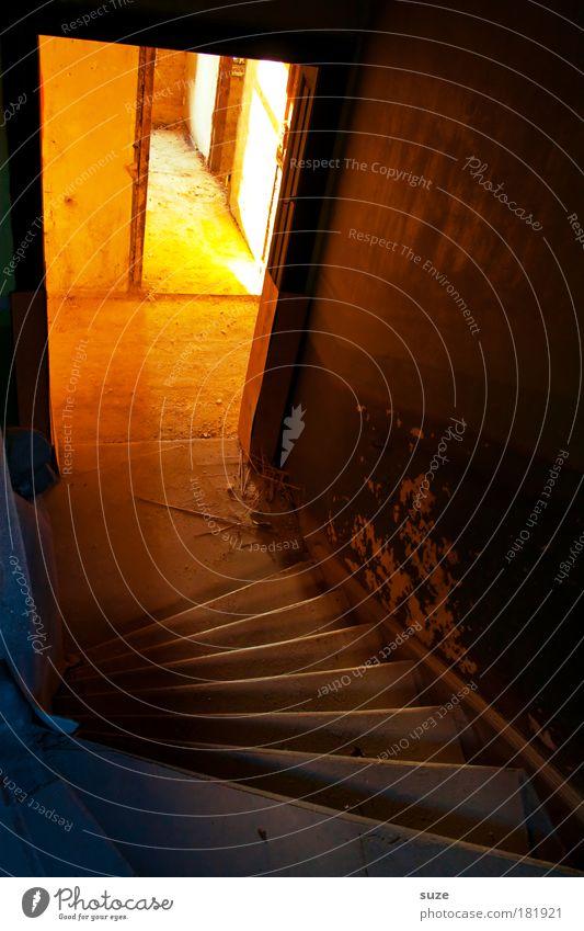 Schatzkammer alt Haus gelb Wand Beleuchtung Tür dreckig Treppe leuchten geheimnisvoll Treppenhaus Ruine abwärts Sanieren Raum Durchgang