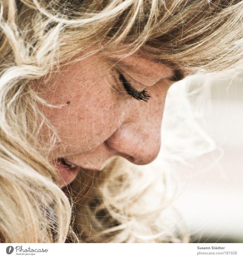 in Gedanken bei Dir. Jugendliche Erwachsene Auge Kopf Haare & Frisuren Glück Porträt Denken träumen blond Haut warten Frau Nase Zähne