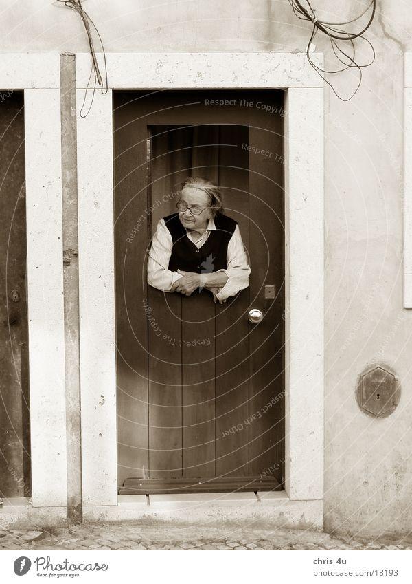 Alte Frau Portugal Lissabon typisch Stadtteil Alfama