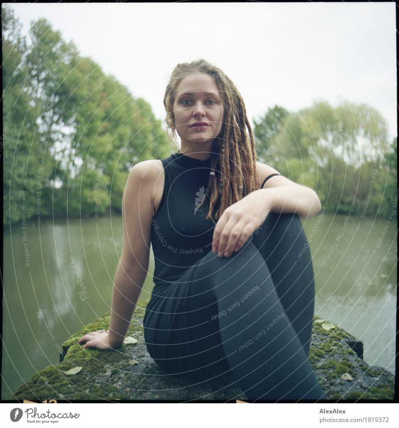 bestimmt Ausflug Abenteuer Junge Frau Jugendliche Rastalocken 18-30 Jahre Erwachsene Jugendkultur Natur Landschaft Baum Seeufer Ponton Beton Kleid Strumpfhose
