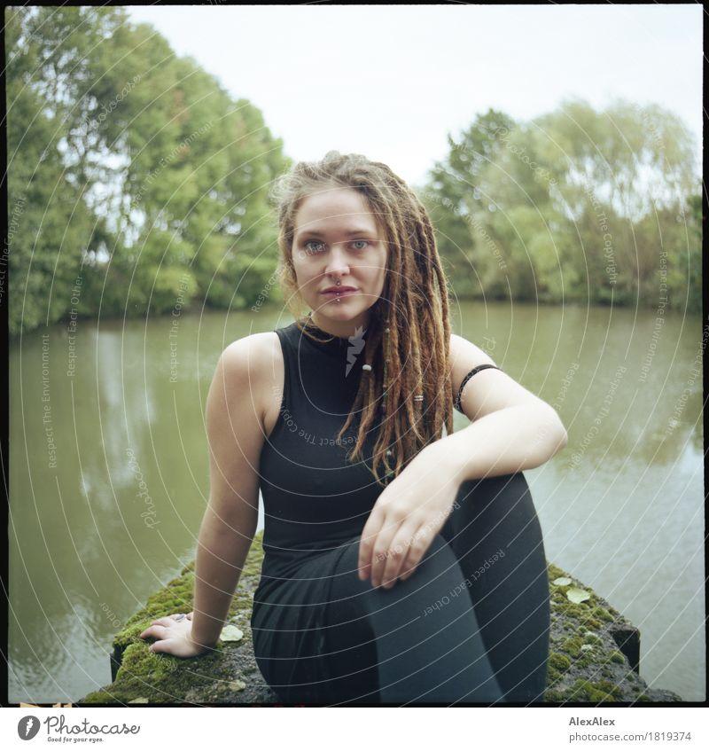 gesetzt Jugendliche Stadt schön Junge Frau Baum Landschaft 18-30 Jahre Erwachsene außergewöhnlich Haare & Frisuren frei Ausflug ästhetisch sitzen Beton Fluss