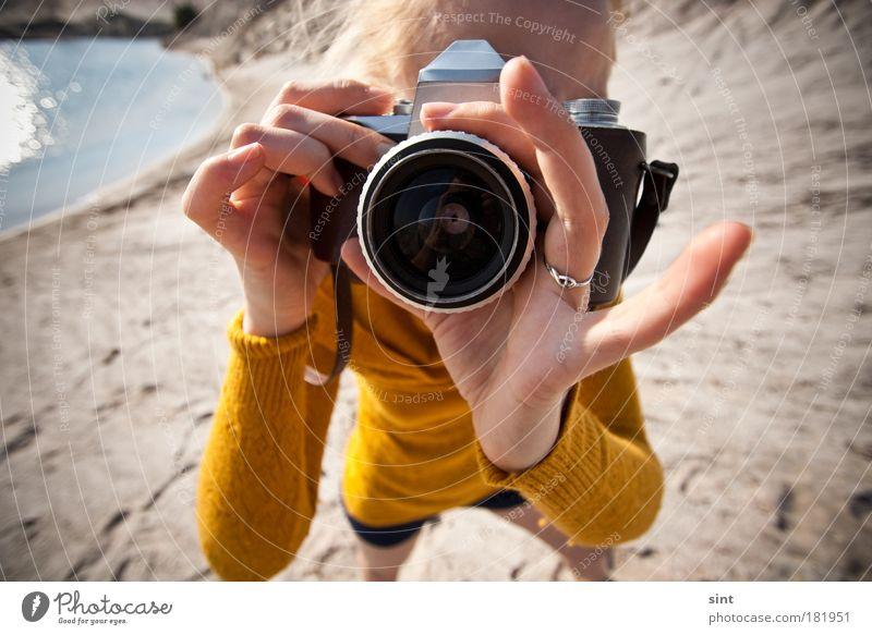 mach ma makro Mensch Jugendliche Sommer Freude Erwachsene feminin Freizeit & Hobby Fotografie einzigartig retro Beruf festhalten Neugier Fotokamera nah