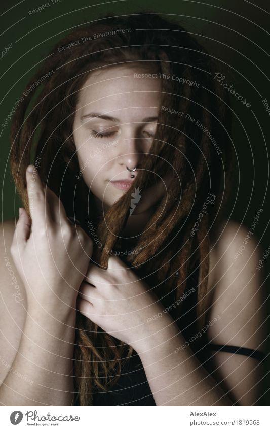 leise schön Haare & Frisuren ruhig Meditation Junge Frau Jugendliche Gesicht 18-30 Jahre Erwachsene T-Shirt brünett langhaarig Rastalocken träumen ästhetisch