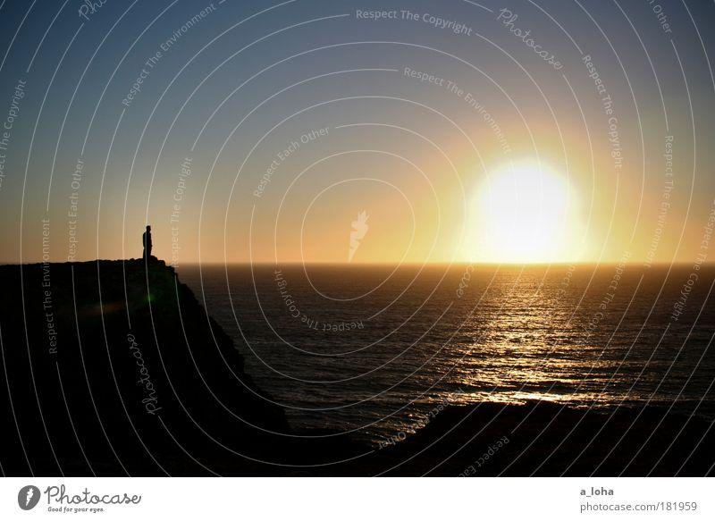 fernweh 1 Mensch Landschaft Urelemente Wasser Wolkenloser Himmel Horizont Sonnenaufgang Sonnenuntergang Wetter Küste Meer beobachten stehen träumen warten