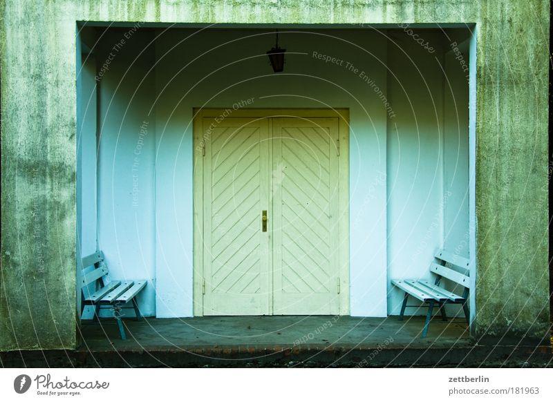 Friedhof Sacrow dunkel Traurigkeit warten Tür geschlossen Trauer Bank Tor Eingang Lagerhalle Halle Symmetrie November Sitzgelegenheit Kapelle