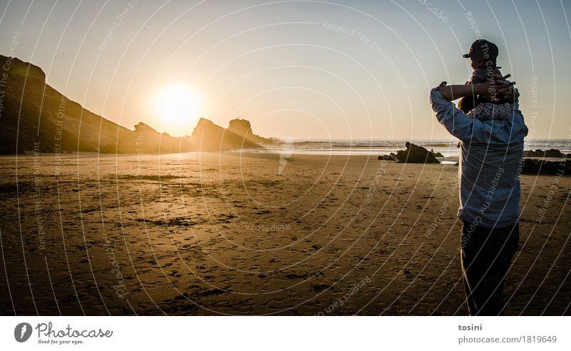 Vater & Sohn Natur Ferien & Urlaub & Reisen Wasser Sonne Meer Erholung Strand Beleuchtung Sand Felsen Horizont gold Sicherheit Sehnsucht Spuren Abenddämmerung
