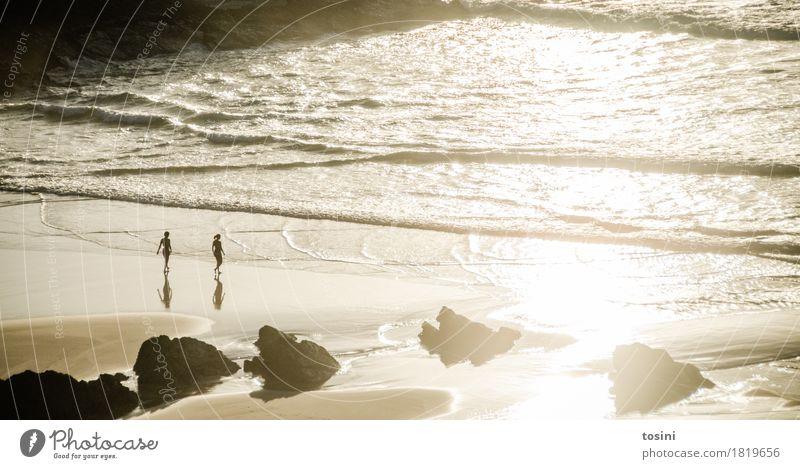 Am Meer II Wasser Reflexion & Spiegelung Sonne Licht Abend Abendsonne Mensch Sand Strand Felsen Wellen Abenddämmerung Ferien & Urlaub & Reisen Zusammensein
