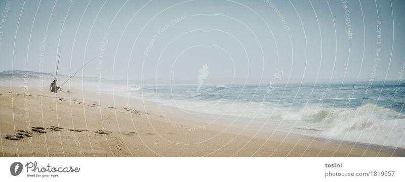 Am Meer Wellen Gedeckte Farben Angler Angelrute Sand Tag Strand Spuren Sehnsucht Ferne warten geduldig Horizont Einsamkeit