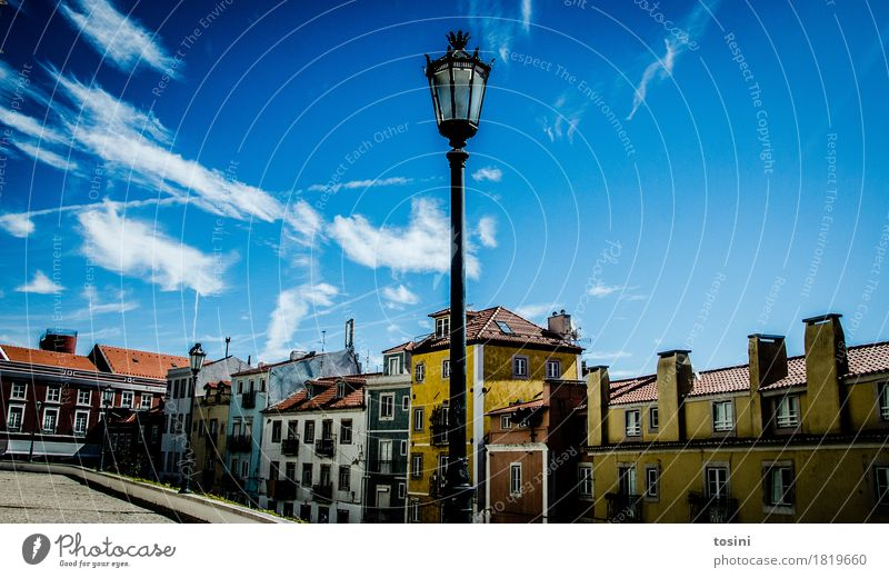 Lissabon VI Himmel Wolken mehrfarbig blau Straßenbeleuchtung Stadt Fassade Haus Platz Pflastersteine Kopfsteinpflaster Ferien & Urlaub & Reisen Dach gelb