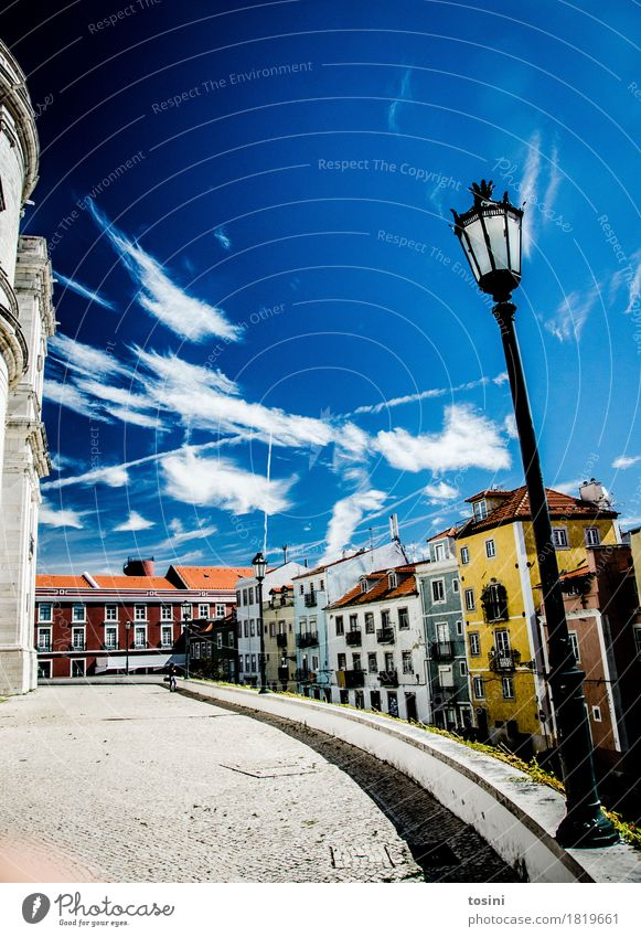 Lissabon V Himmel Wolken mehrfarbig blau Straßenbeleuchtung Stadt Fassade Haus Platz Pflastersteine Kopfsteinpflaster Ferien & Urlaub & Reisen Dach gelb