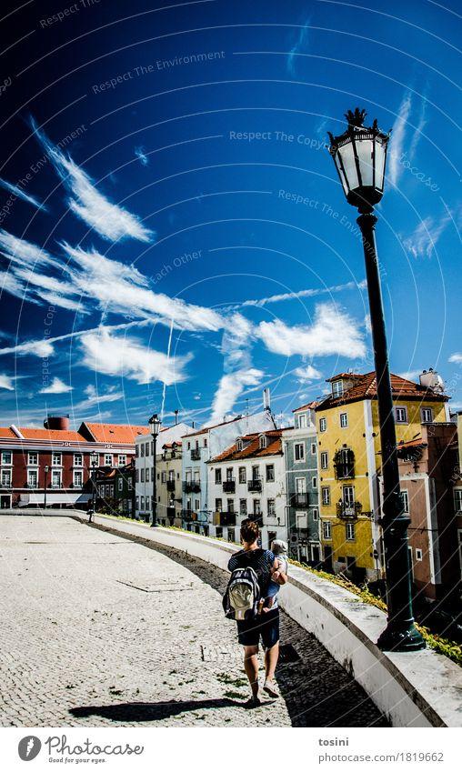 Lissabon IV Himmel Wolken mehrfarbig blau Straßenbeleuchtung Frau Mutter Kind Sohn Stadt Fassade Haus Platz Pflastersteine Kopfsteinpflaster