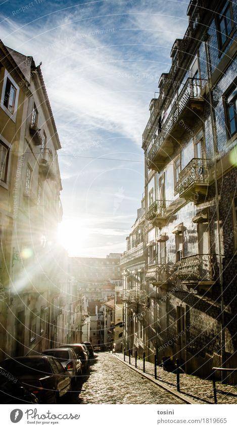 Lissabon I Stadt Hauptstadt Haus blau Fassade Fliesen u. Kacheln Balkon PKW Wolkenhimmel hell Stadtleben Fenster Pflastersteine Bürgersteig Straße Gasse