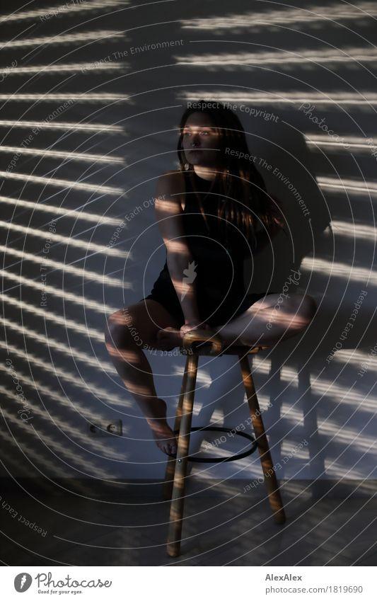 Ja Lou Sie exotisch Freude Raum Jalousie Hocker Tripod Schattenspiel Junge Frau Jugendliche Gesicht Beine 18-30 Jahre Erwachsene Kleid Barfuß brünett langhaarig