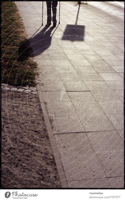 Schatten seiner selbst Farbfoto Licht Wegsehen Krankheit Gehhilfe Mensch maskulin Männlicher Senior Mann Beine Fuß 1 60 und älter Umwelt Fußgänger Bürgersteig