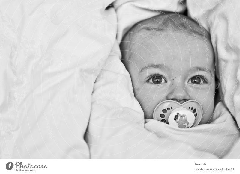 mAyastät Schwarzweißfoto Innenaufnahme Nahaufnahme Textfreiraum links Kunstlicht Blitzlichtaufnahme Starke Tiefenschärfe Totale Porträt Profil Blick