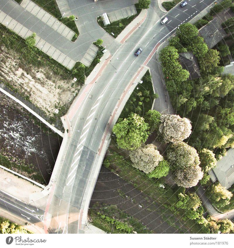 Verkehrsüberwachung Baum Pflanze Straße Wiese Wege & Pfade PKW Park Wellen fliegen Ausflug Luftverkehr Brücke Schönes Wetter fahren Pfeil Vogelperspektive