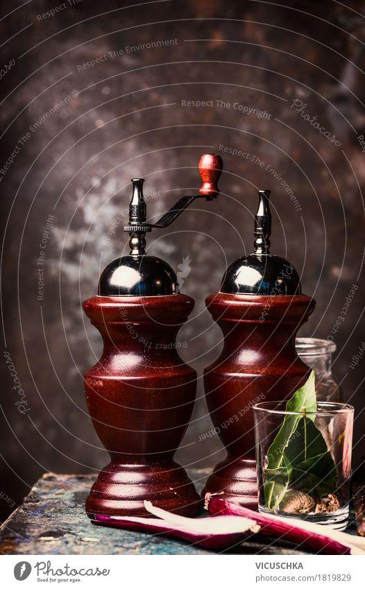 Alte Salz und Pfeffer Mühlen auf Küchentisch Lebensmittel Kräuter & Gewürze Ernährung Geschirr Stil Design Häusliches Leben Tisch Restaurant Salzstreuer