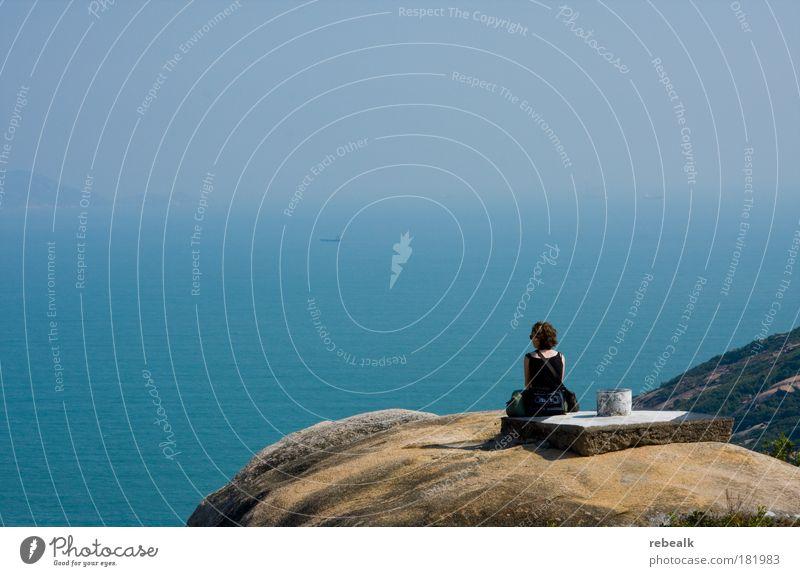 Weitsicht Mensch Meer blau Sommer Einsamkeit Ferne Erholung feminin Freiheit träumen Zufriedenheit Küste wandern Nebel Ferien & Urlaub & Reisen Horizont