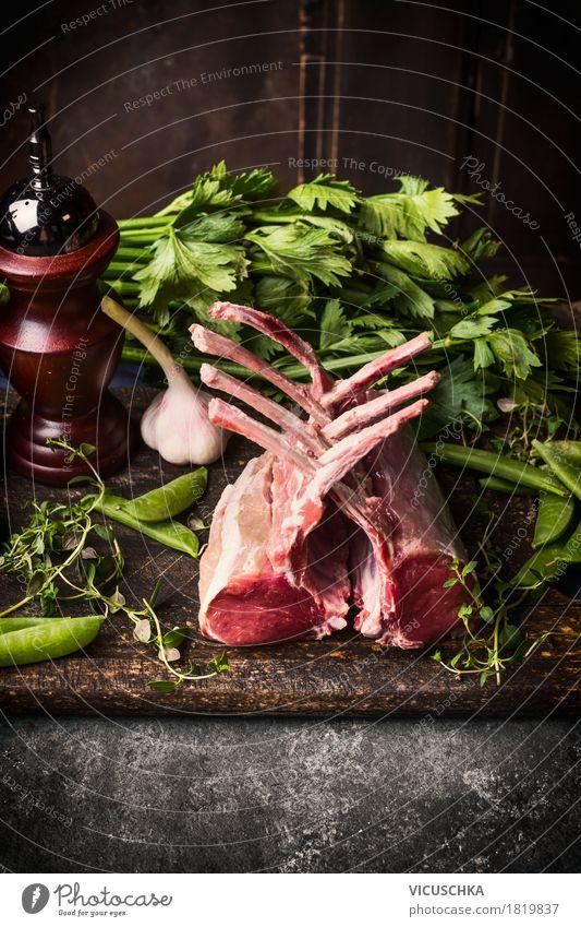 Lammcarre auf rustikalem Küchentisch Gesunde Ernährung Foodfotografie Essen Stil Lebensmittel Design Häusliches Leben Tisch Kräuter & Gewürze Gemüse Bioprodukte