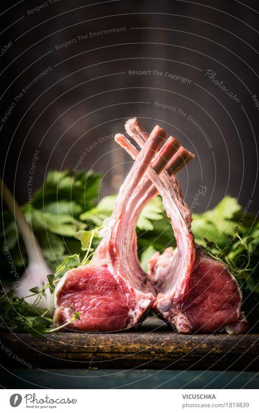 Frenched Lamm Racks auf rustikalem Küchentisch Lebensmittel Fleisch Kräuter & Gewürze Ernährung Abendessen Festessen Bioprodukte Stil Design Gesunde Ernährung