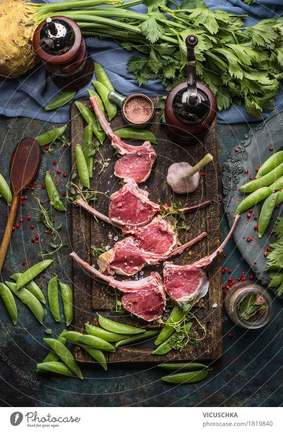 Racks von Lamm und grüne Erbsen, Zubereitung mit Kochzutaten Lebensmittel Fleisch Gemüse Kräuter & Gewürze Öl Ernährung Abendessen Festessen Bioprodukte
