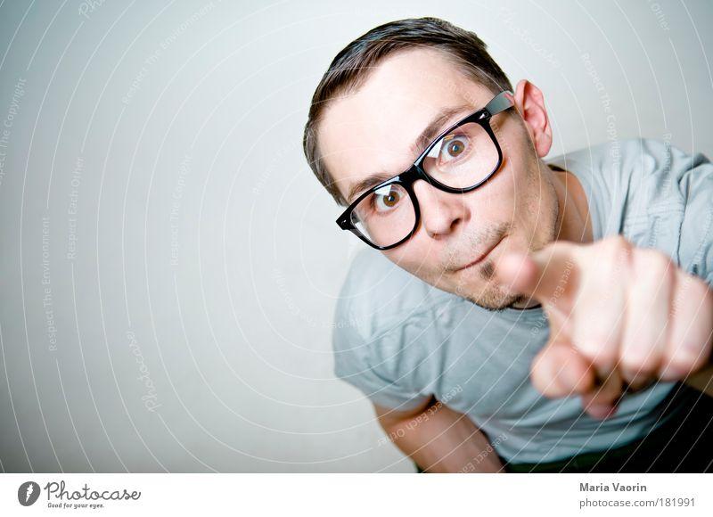 Die Versuchung Mann Porträt Bildung Mensch Hand Jugendliche Freude oben Erwachsene Blick Haare & Frisuren Perspektive Finger maskulin Studium Brille