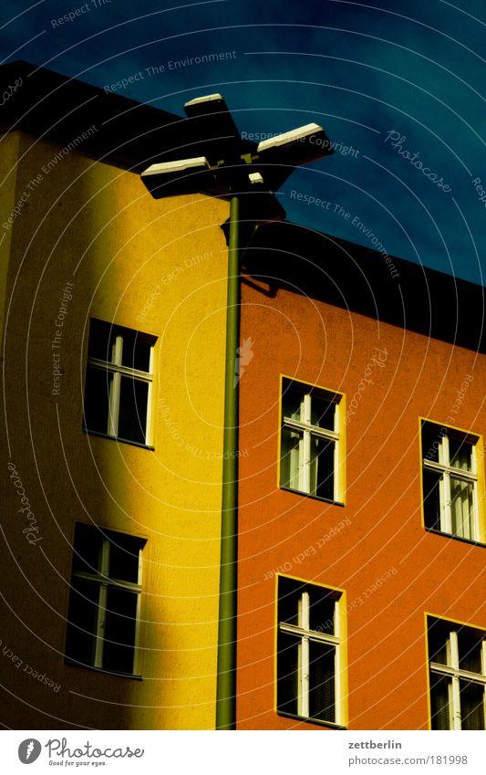 Schatten der Kirche Haus Stadthaus Mieter Vermieter Fenster Vorderseite Fensterfront Fassade Laterne grau leer ausdruckslos Menschenleer