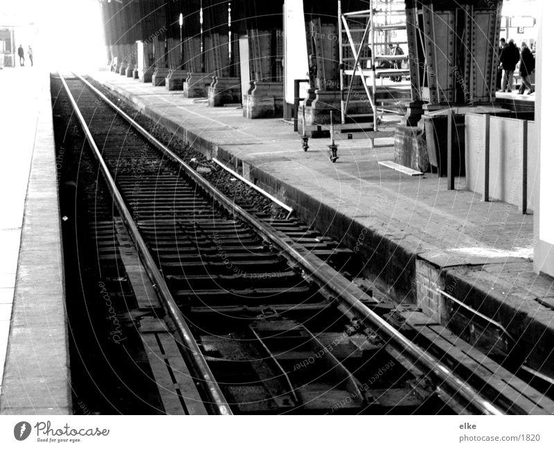 nach nirgendwo Gleise Bahnhof Schwarzweißfoto Mensch